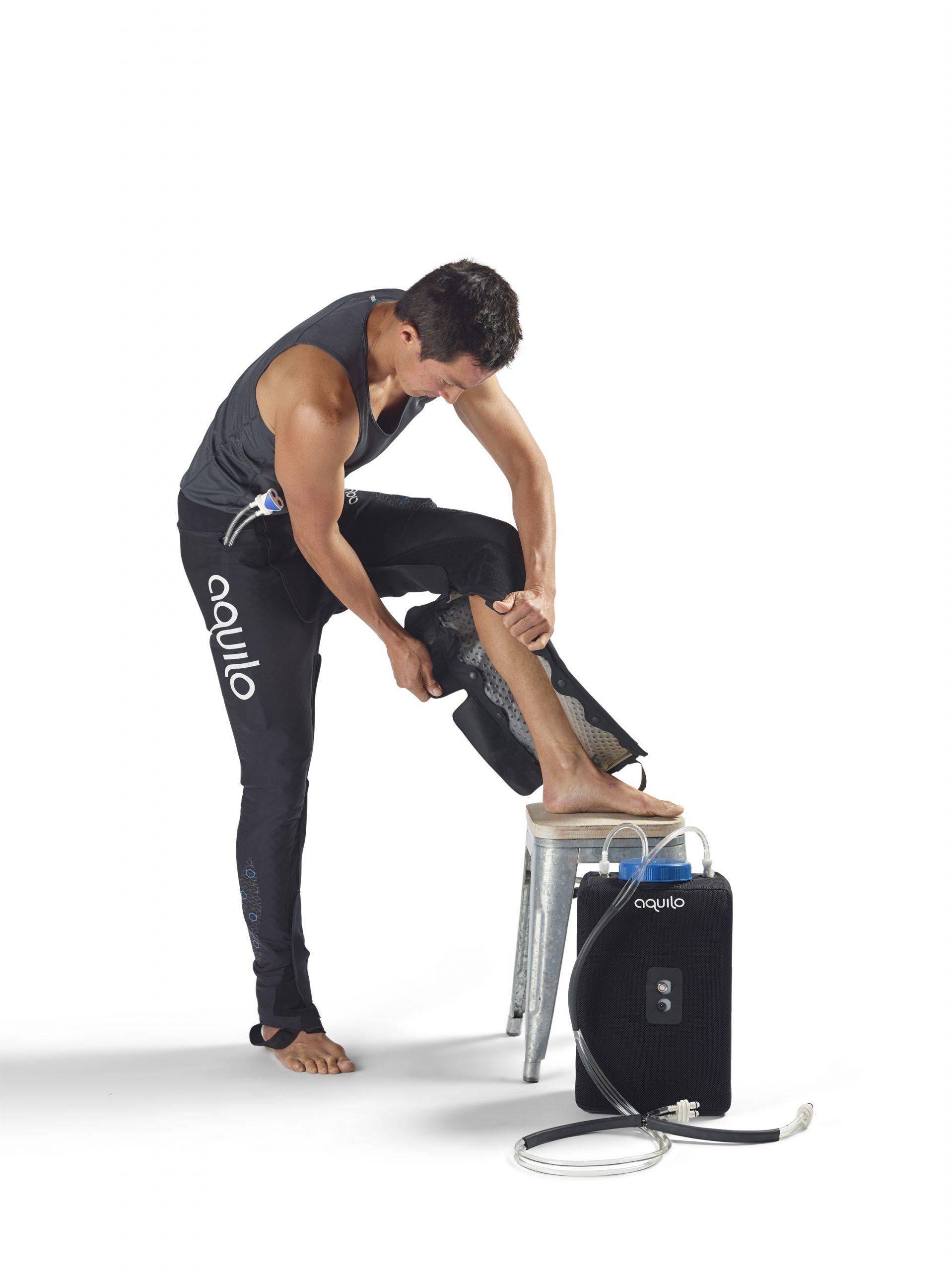 Savremena fizioterapija - Čovek obuva čizme iz seta za kriokompresiju AQUILO
