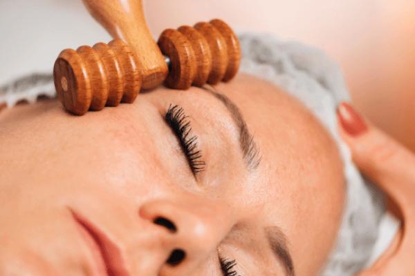 Maderoterapija lica, masaža lica drvenom oklagijom